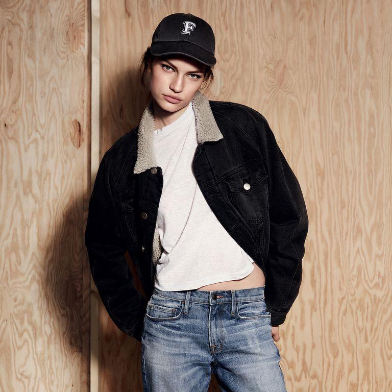 白T真的很適合耍酷,一件白T能讓大家把重點放在整體Look,而不是T恤上的複雜圖騰,配上內刷毛牛仔外套,以及鴨舌帽,呈現出自然不做作的風格。
