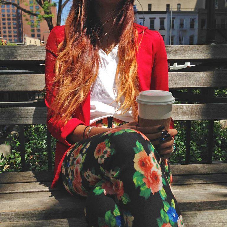 白T不侷限於任何穿搭,配上一件正紅色西裝外套以及充滿小花圖騰的長褲,讓整體搭配展現春日風格。