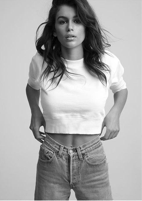 6. Hanes 百年老牌Hanes,被譽為籃球之王Michael Jordan最愛的素T品牌,價格便宜質料又高端的特點讓Supreme、Stussy、AAPE等潮牌搶著與它聯名。而品牌更請到星二代Kaia Gerber替它背書,她穿著下擺收邊的的純白T恤,配上一件高腰牛仔褲,充分展現品牌的美式休閒態度。