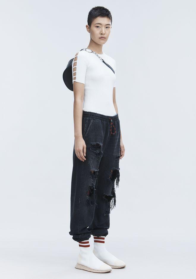 白T不再是平日休閒打扮,肩膀的挖空設計,讓最平凡的白T躍上時尚版面。
