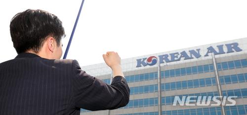 如果父親是國會議員或是大型公司等所謂有「背景」的人,就會形成現代版「蔭襲制度」,指透過高階位者的親戚獲得位階。中產層的父母只把小孩子送去補習班,給小孩子更多零錢是不足夠的,在韓國需要父母本身就是一個「規格」(스펙)...中央大學一名教授表示:韓國仍然有「金、土筷子論」這種過時的想法,根據在哪一個家庭出生會影響個人的力量和能力。