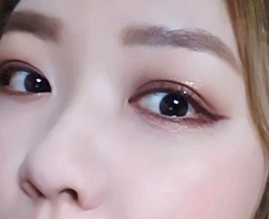 一樣也是點在眼皮上推開就完成BLING BLING眼妝啦!另外點在下眼皮的話也很適合當做臥蠶~