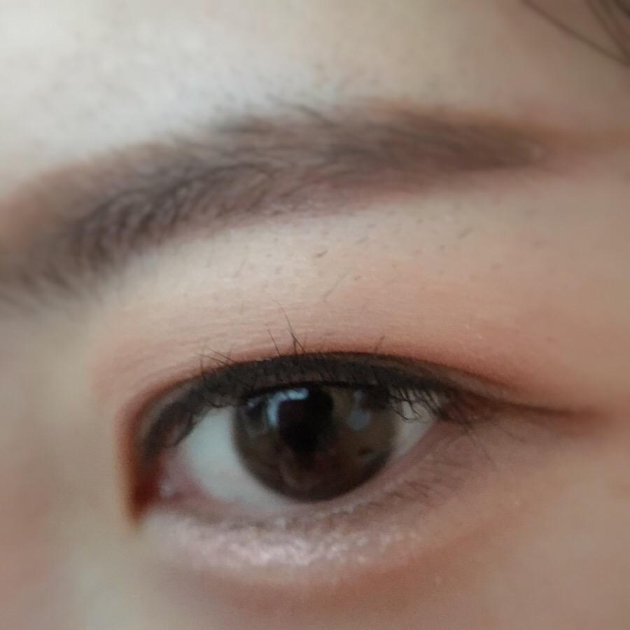 在眼皮上輕輕一抹、暈開,就能呈現完美裸眼妝~