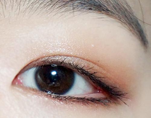 也可以做為打底色,再輕輕疊上超鑽光液態眼影蜜,兩色隨意塗抹就能完成精緻又漂亮的眼妝!
