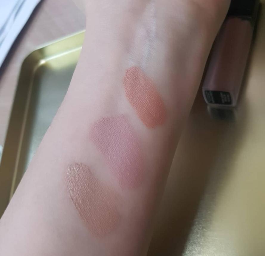 剛畫上時是濕潤的慕絲狀,但推開後會變成粉粉的霧面並且牢牢地附著在皮膚上,不用擔心暈妝或脫妝的問題~