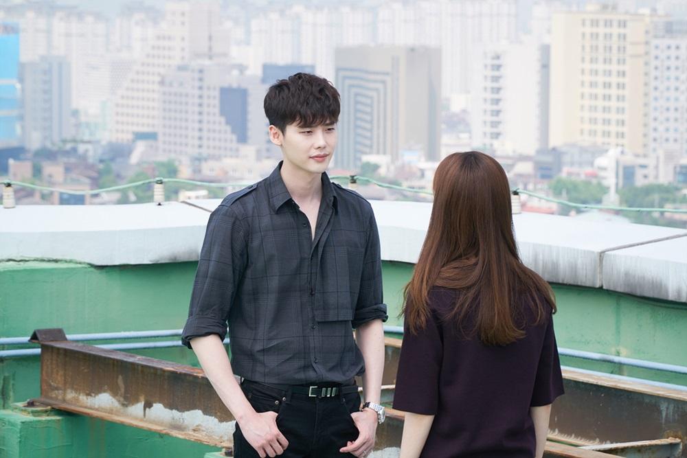 喜歡看韓劇的朋友肯定都有過疑惑「為什麼韓國建築物的頂樓都是綠色?」不少韓國網友討論,原以為是防水漆原料是綠色的關係,韓國的建築物頂樓清一色是綠色的!