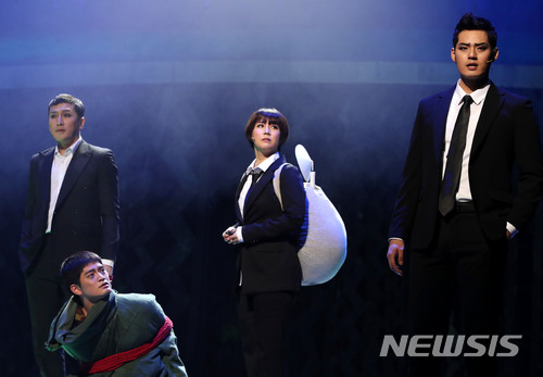 #5 舞台劇及音樂劇演員 平均年薪:1,481萬韓元 和小說家一樣,有名的演員可以賺很多,但知名度低的演員就很辛苦了!! 2015年舞台劇及音樂劇演員的年薪只有950萬韓元,近年狀況有轉好
