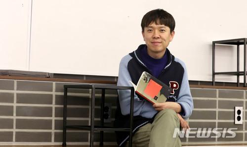 #1 詩人 平均年薪:542萬韓元 在現實的社會中,以感性的詩詞賺錢可說是很難,而他們的年薪還在慢慢減少...