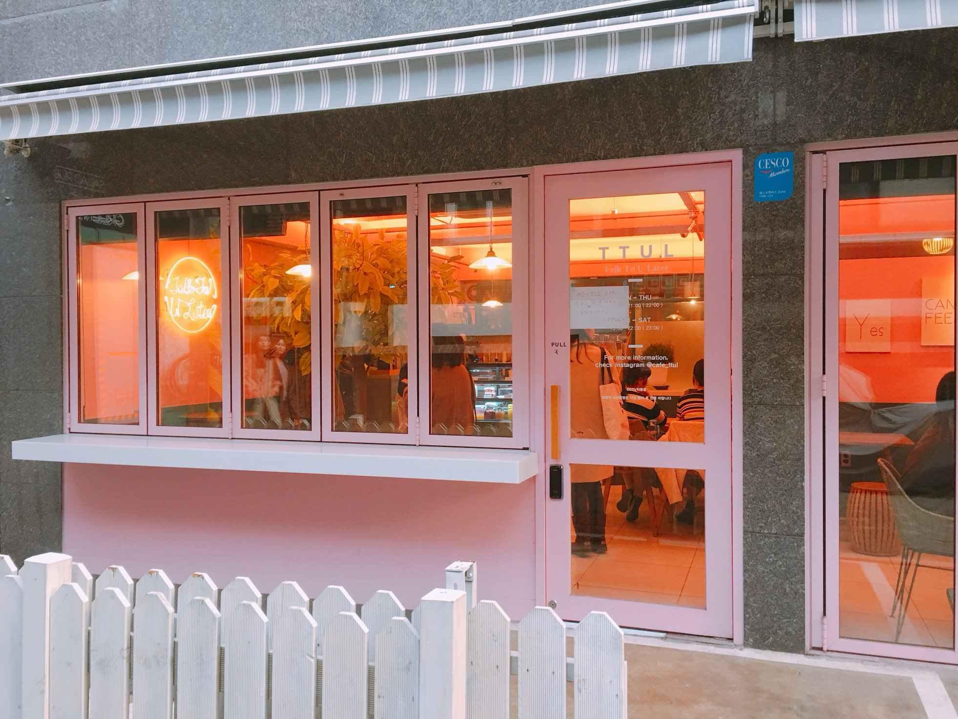 這間咖啡廳是小編和朋友們路過意外發現的,店名叫「TTUL」,是「Talk To U Later」的縮寫,就是女孩們一定會喜歡的粉紅咖啡廳啦!光是門口就超殺記憶體的啊~