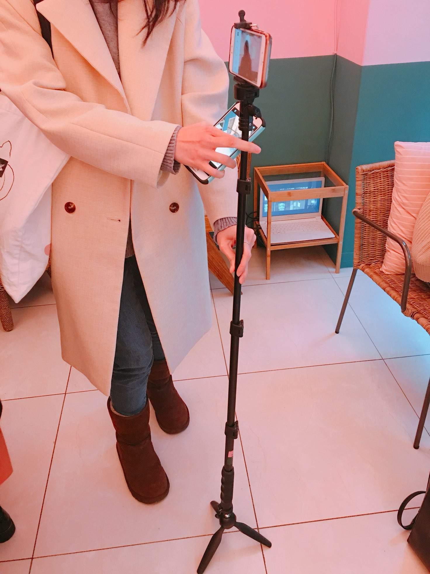 更厲害的是,店裡竟然就放著腳架讓你自由使用,想要跟朋友們拍合照不用麻煩店員,也不用手很酸的自拍,把手機裝在腳架上按計時拍照就可以啦!!
