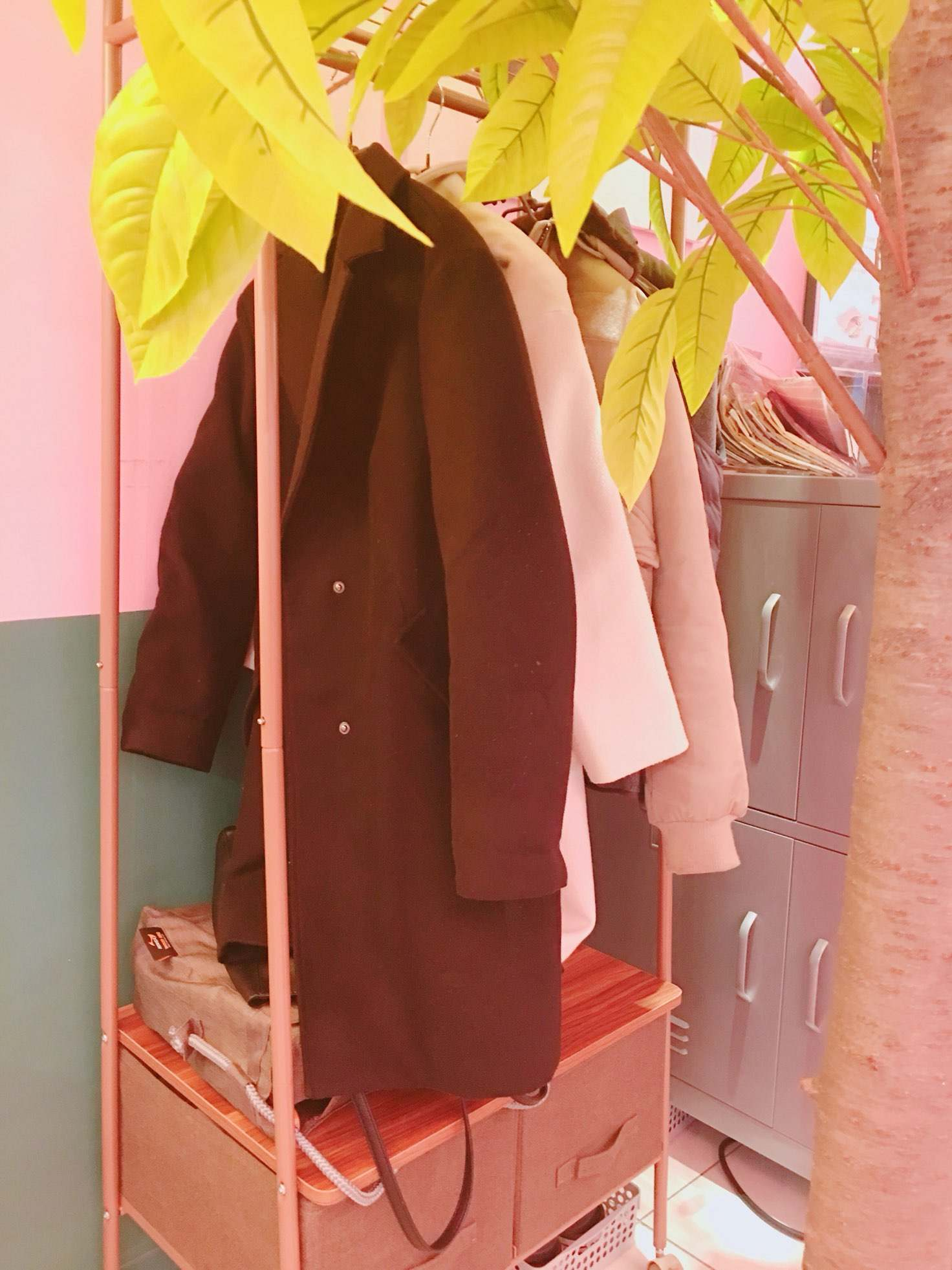 令小編覺得很貼心的是,咖啡廳還有設計讓你掛外套的地方呢,加分!!