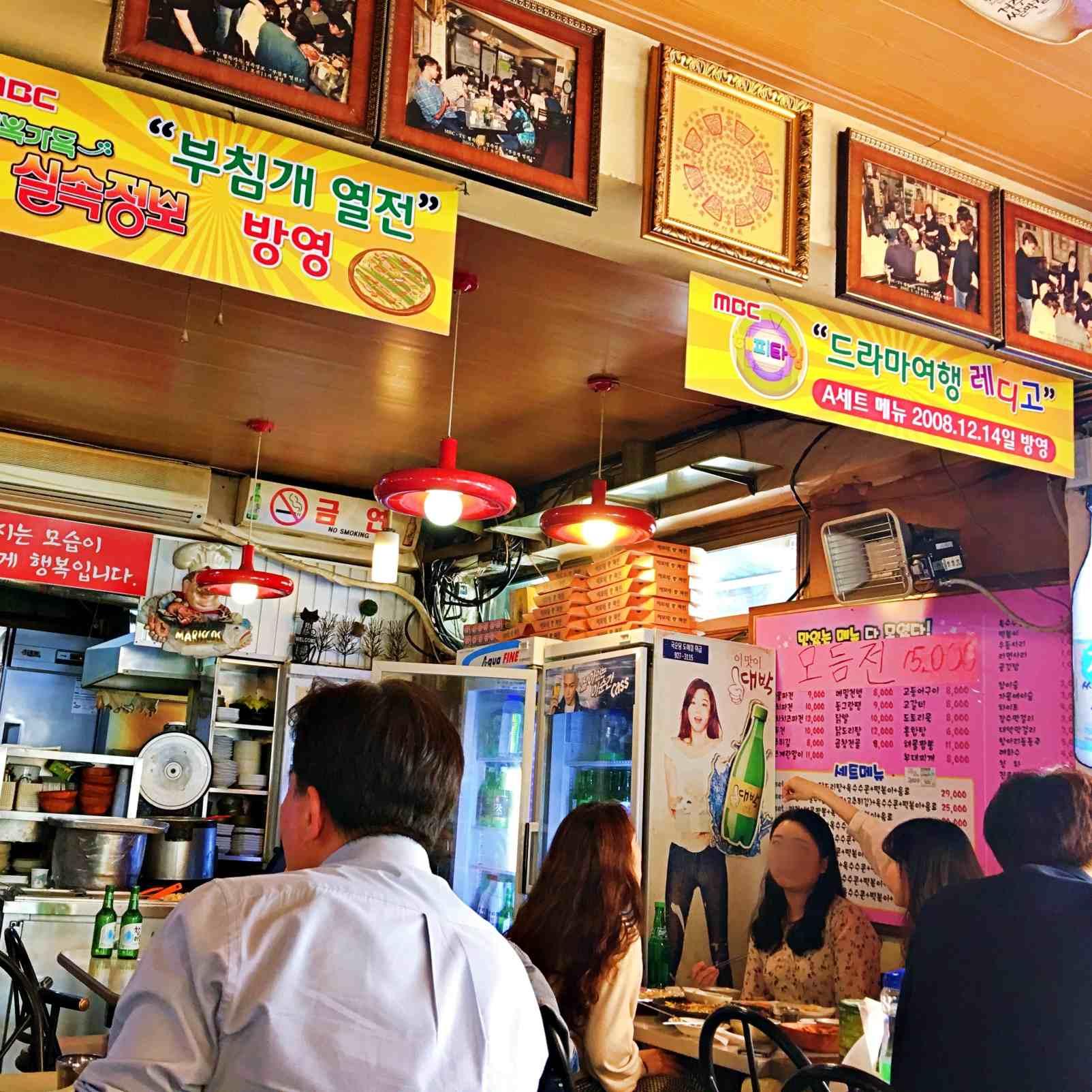 這家店歷史悠久,牆上掛滿了開店初期的照片及MBC採訪的布條。