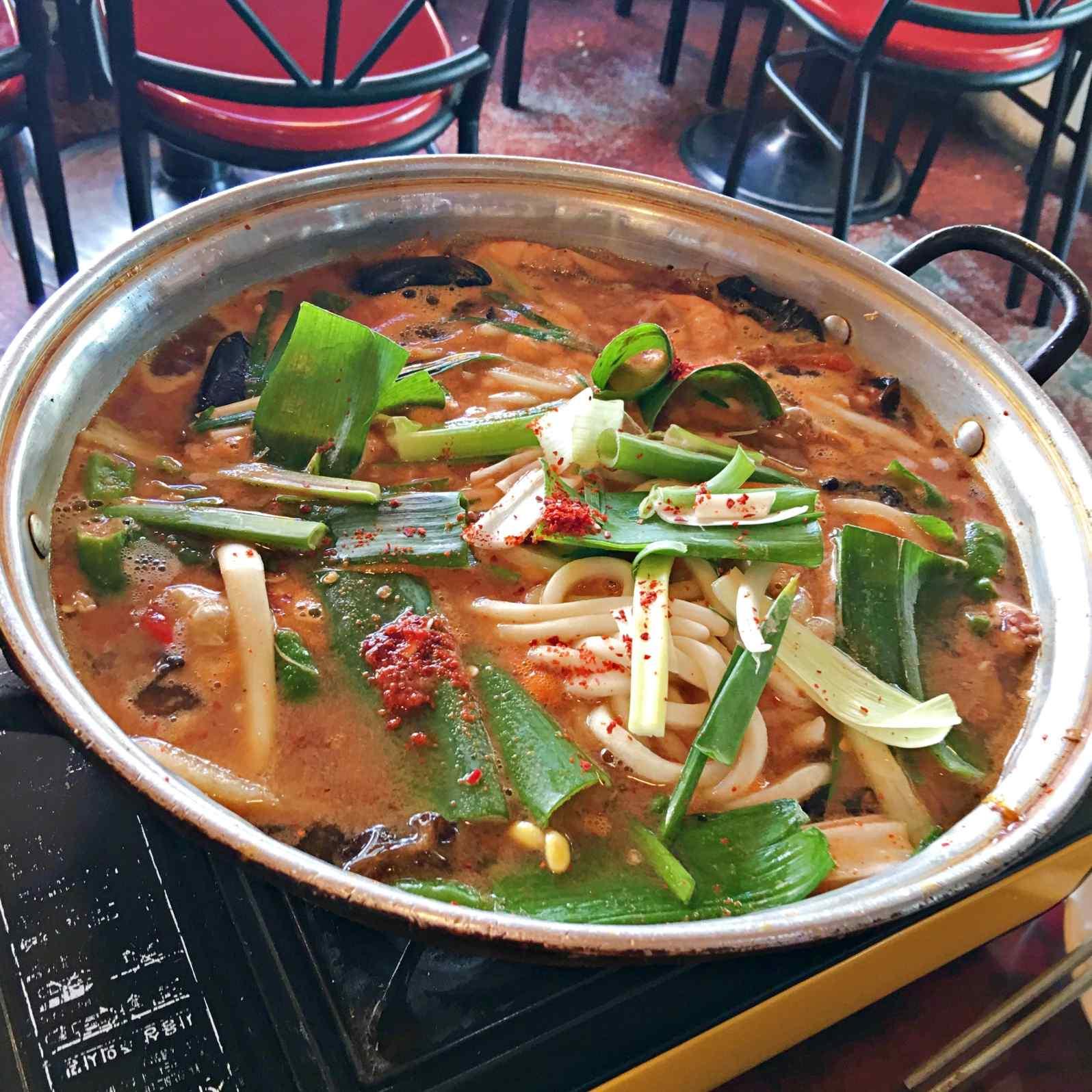 小編點了套餐C,還有一鍋海鮮湯麵,這鍋會辣,但也是辣的恰到好處。