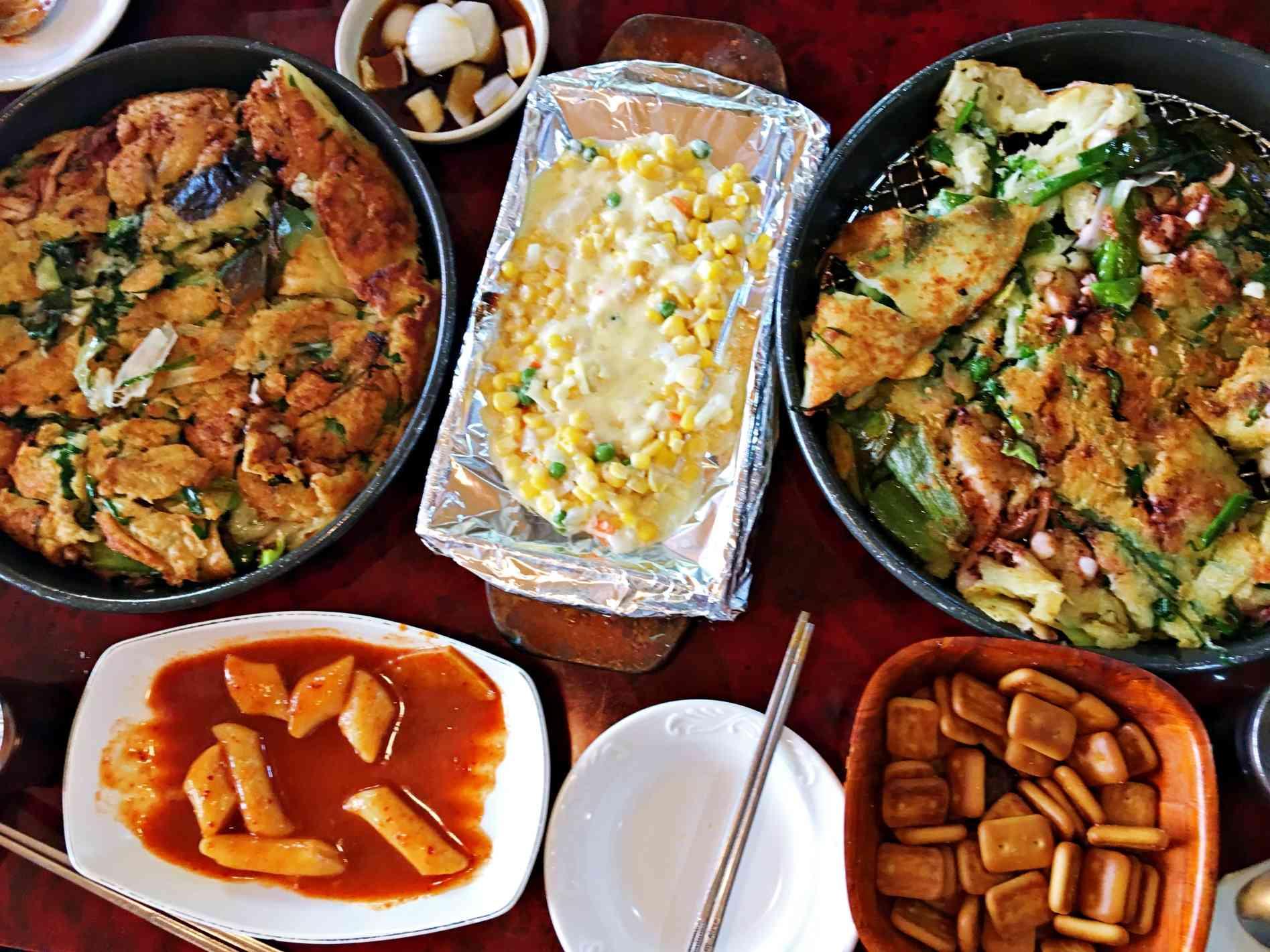 每份套餐約適合2~3人,但是他們家煎餅真的是讓小編阿姆啊姆吃不停,又追加了一個。