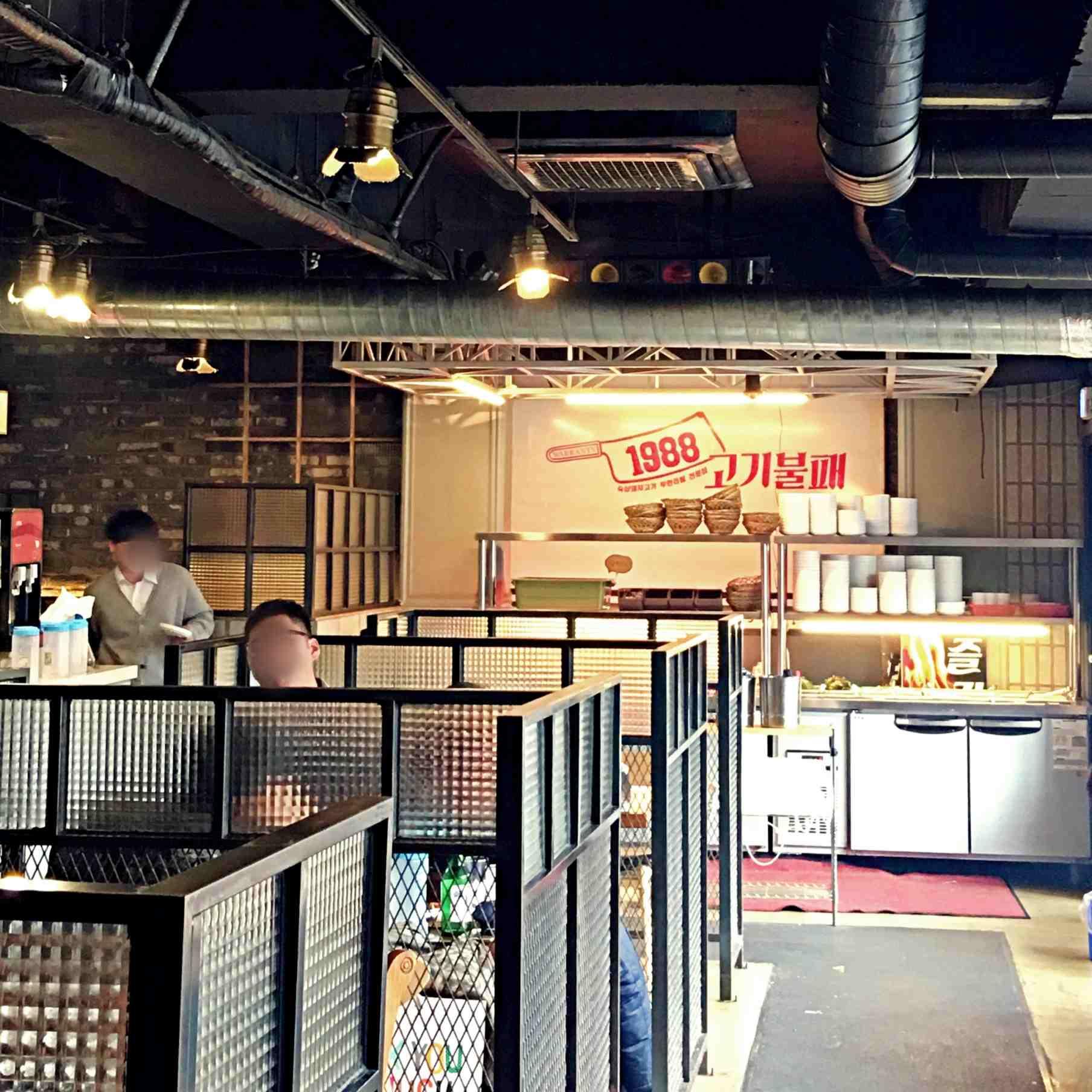 店內在2樓,位置很多,還有包廂式的座位,比起一般烤肉店來說隱密性較高。