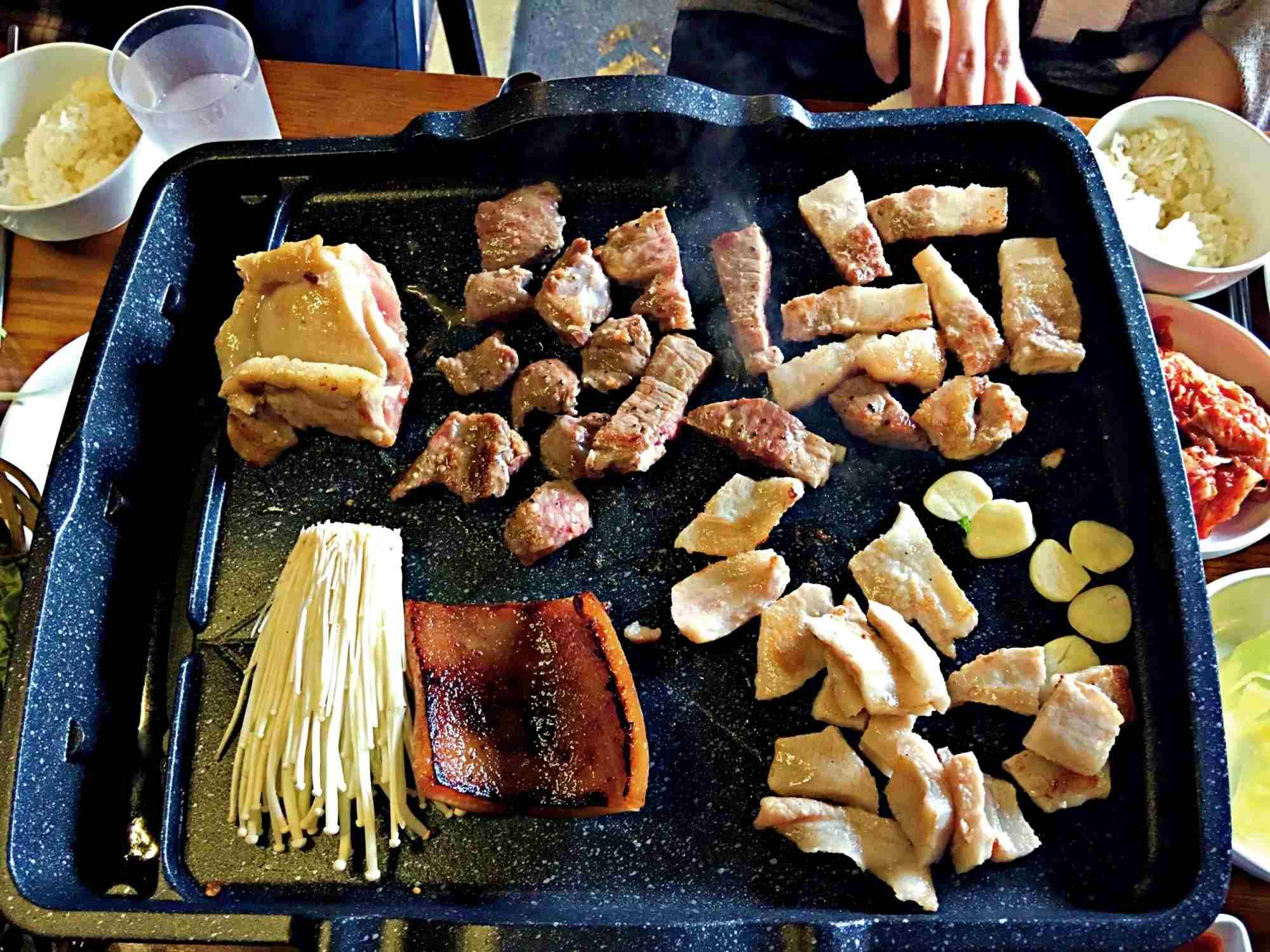 烤肉小秘訣:可以把蒜頭烤得金黃酥脆,配著肉吃會更美味!