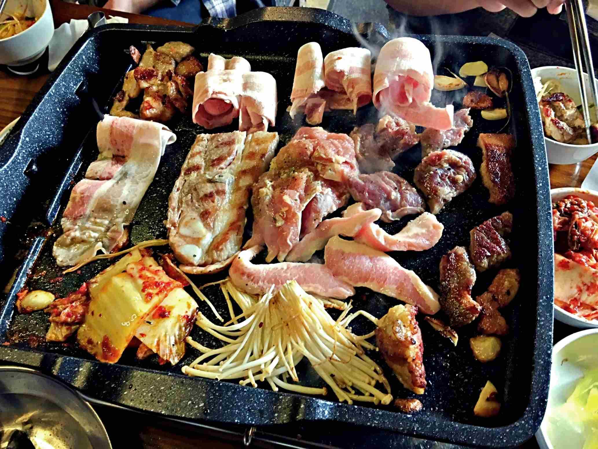 烤肉小秘訣:較肥的三層肉可以放上方烤,泡菜、菇類放下方烤,鐵板傾斜油脂會自然往下流,沾到油脂的泡菜、菇類會更香!