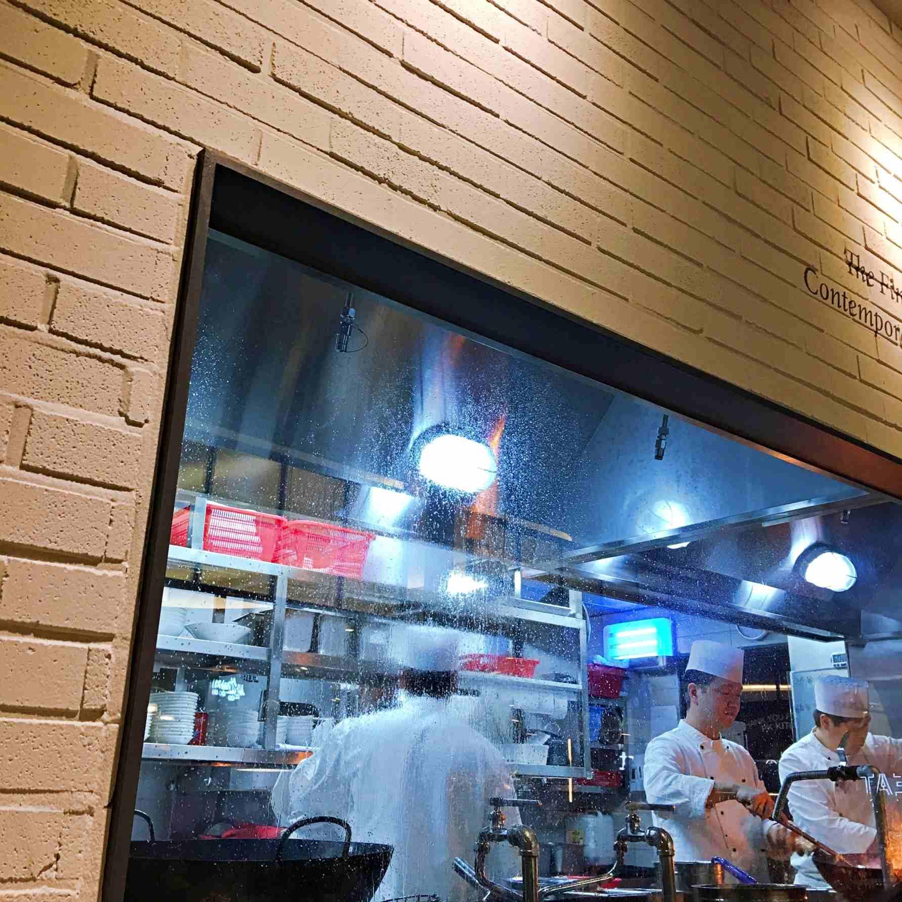 他們有一個透明櫥窗,所有餐點都是點餐後,大廚立刻現場炒出來的喔。