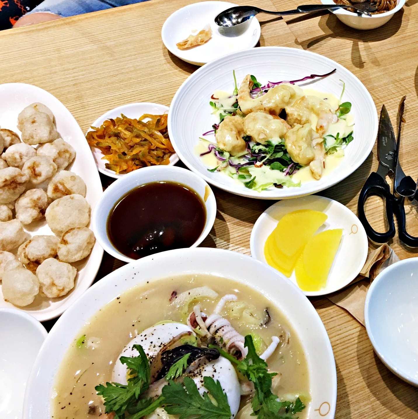 小編點了套餐組合,有糖醋肉跟炸奶油鮮蝦及白海鮮湯麵、紅海鮮湯麵。