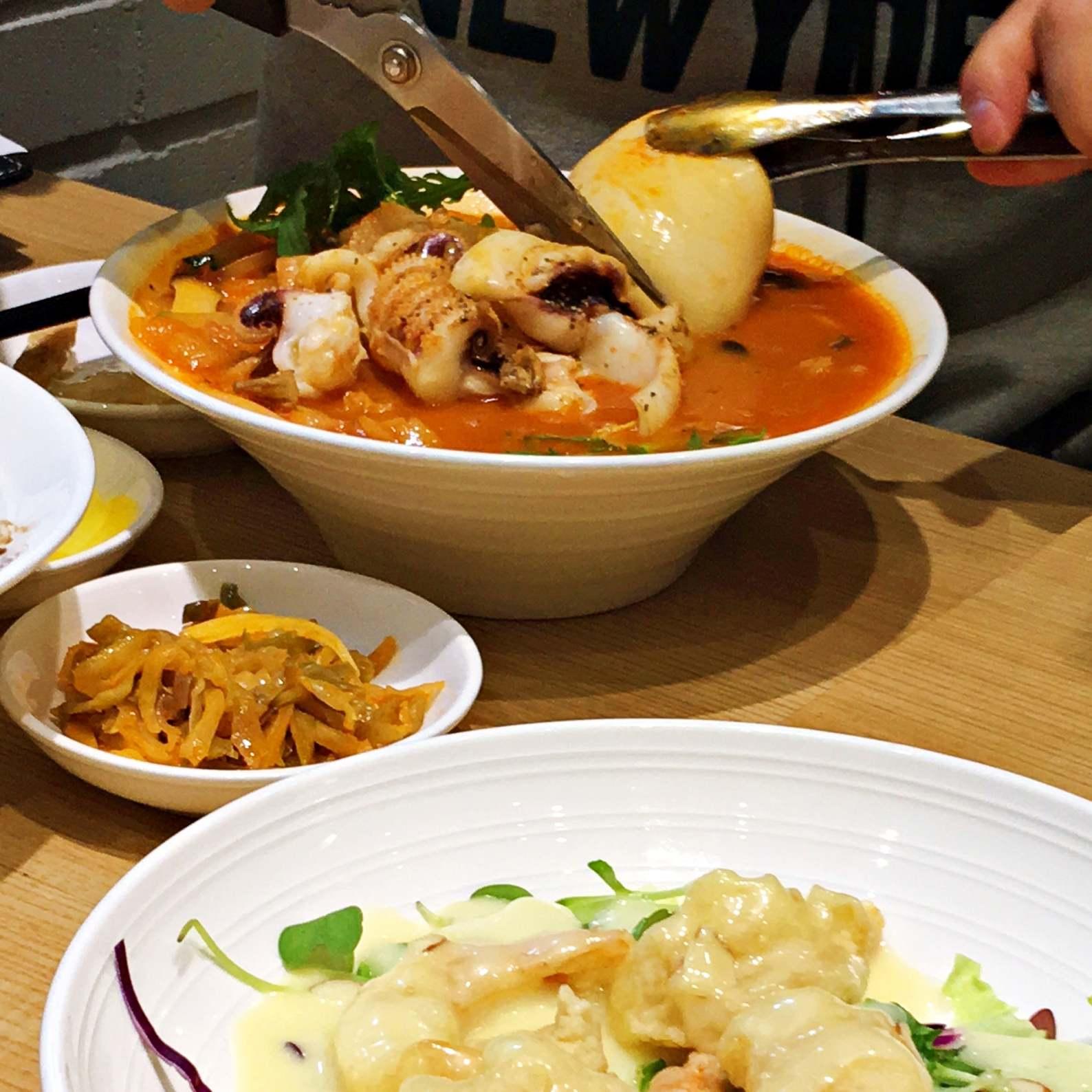 這碗是一般的韓式海鮮湯麵,湯汁通紅,會辣,裡面的魷魚大隻到要用剪刀剪它。