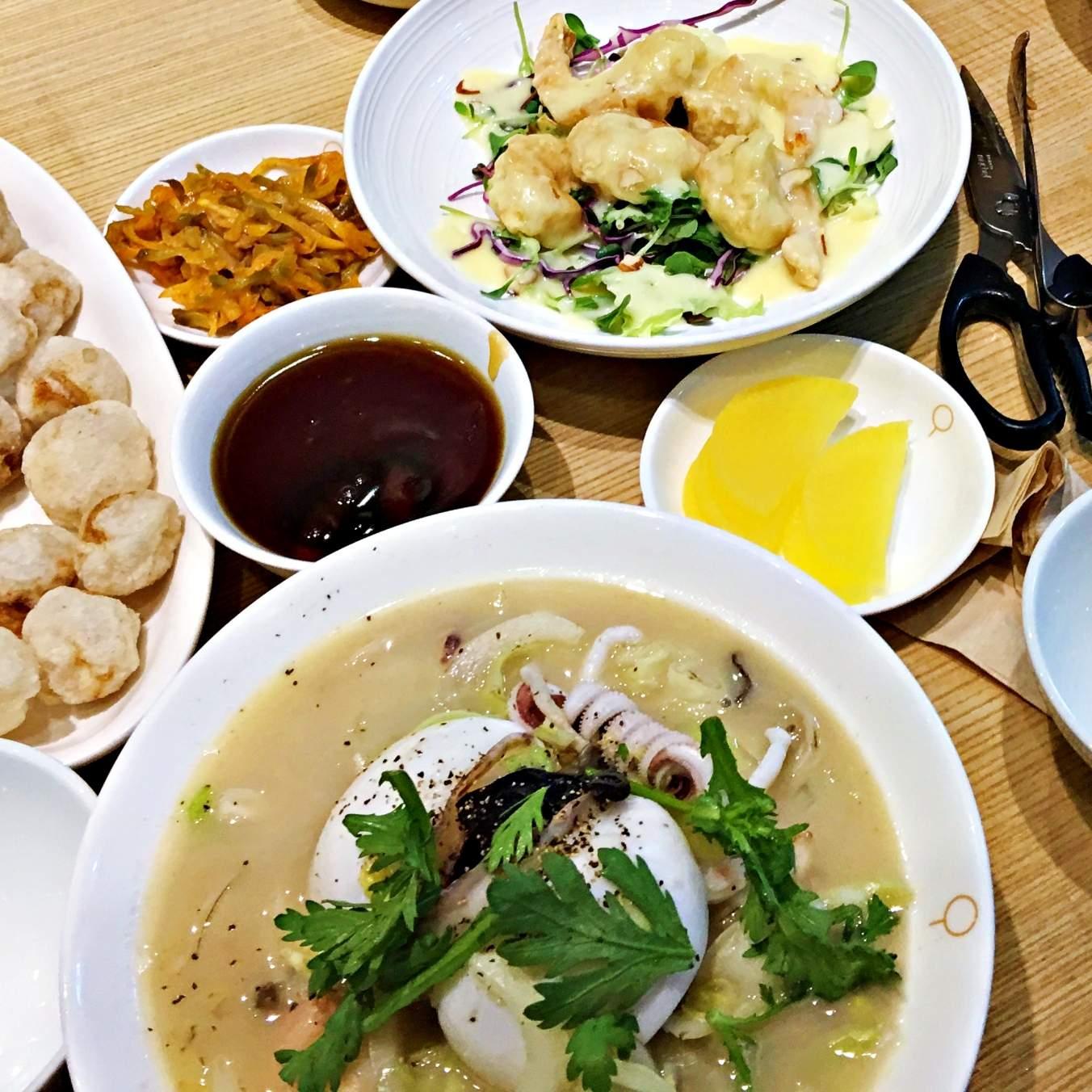 這碗是白海鮮湯麵(或稱白海鮮炒碼麵),他們家的白海鮮湯麵不會辣,裡面的海鮮很新鮮。