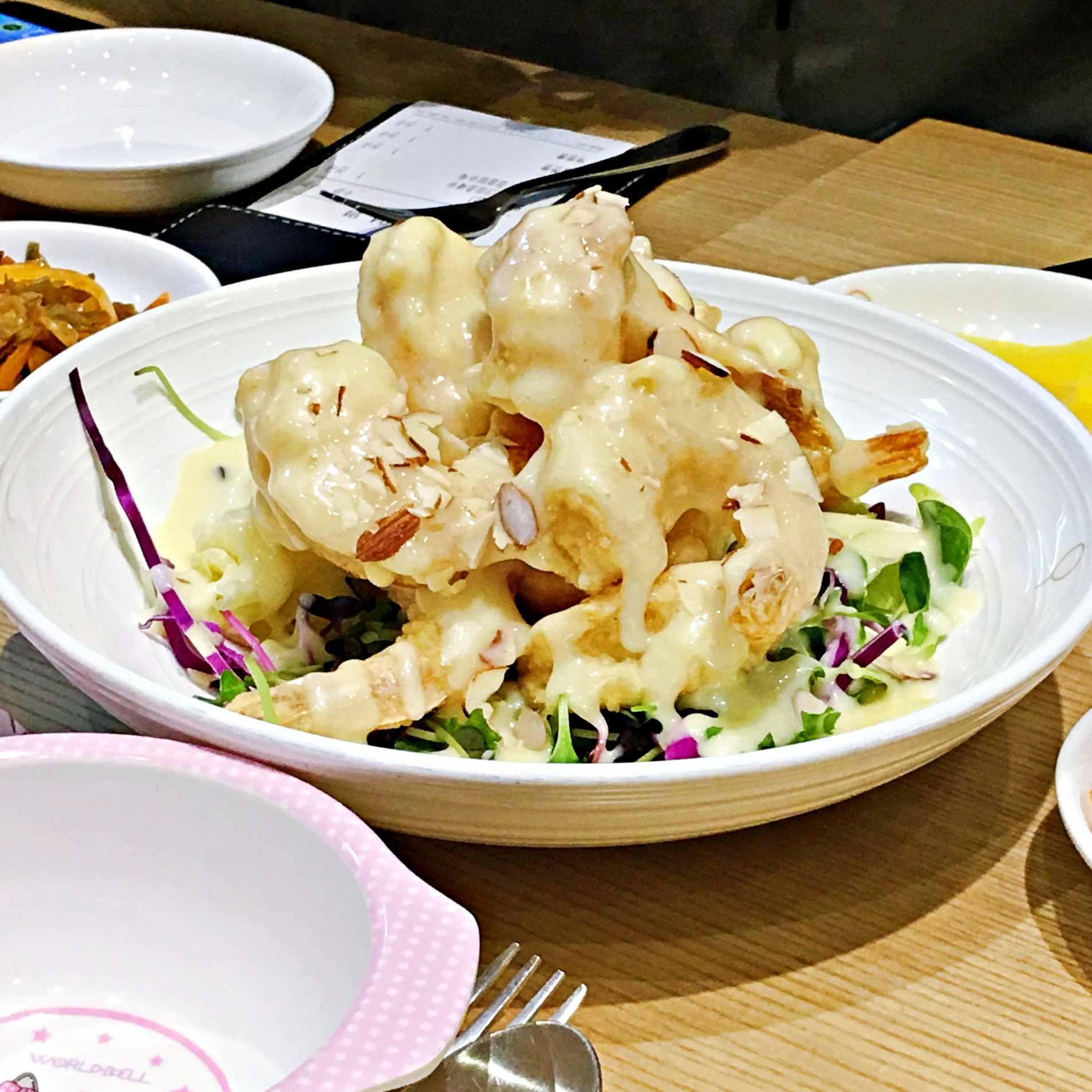炸奶油鮮蝦,裡面放了點檸檬,讓蝦子鮮甜,吃起來也不會油膩。