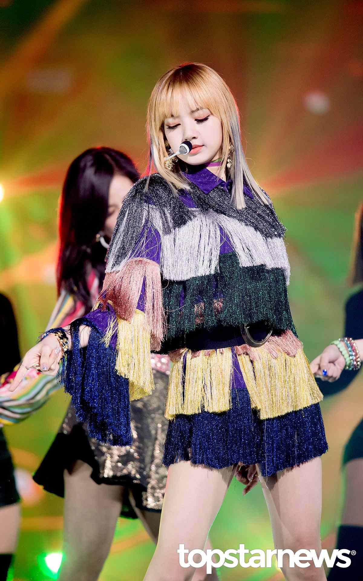 ◇Lisa: Lisa的舞台裝非常有個人特色,也不是每個人都能夠輕易駕馭的,需要高超的顏值和完美的身材線條才行。有別於舞台裝的鮮豔,其實Lisa本身私下也大多走黑色路線。
