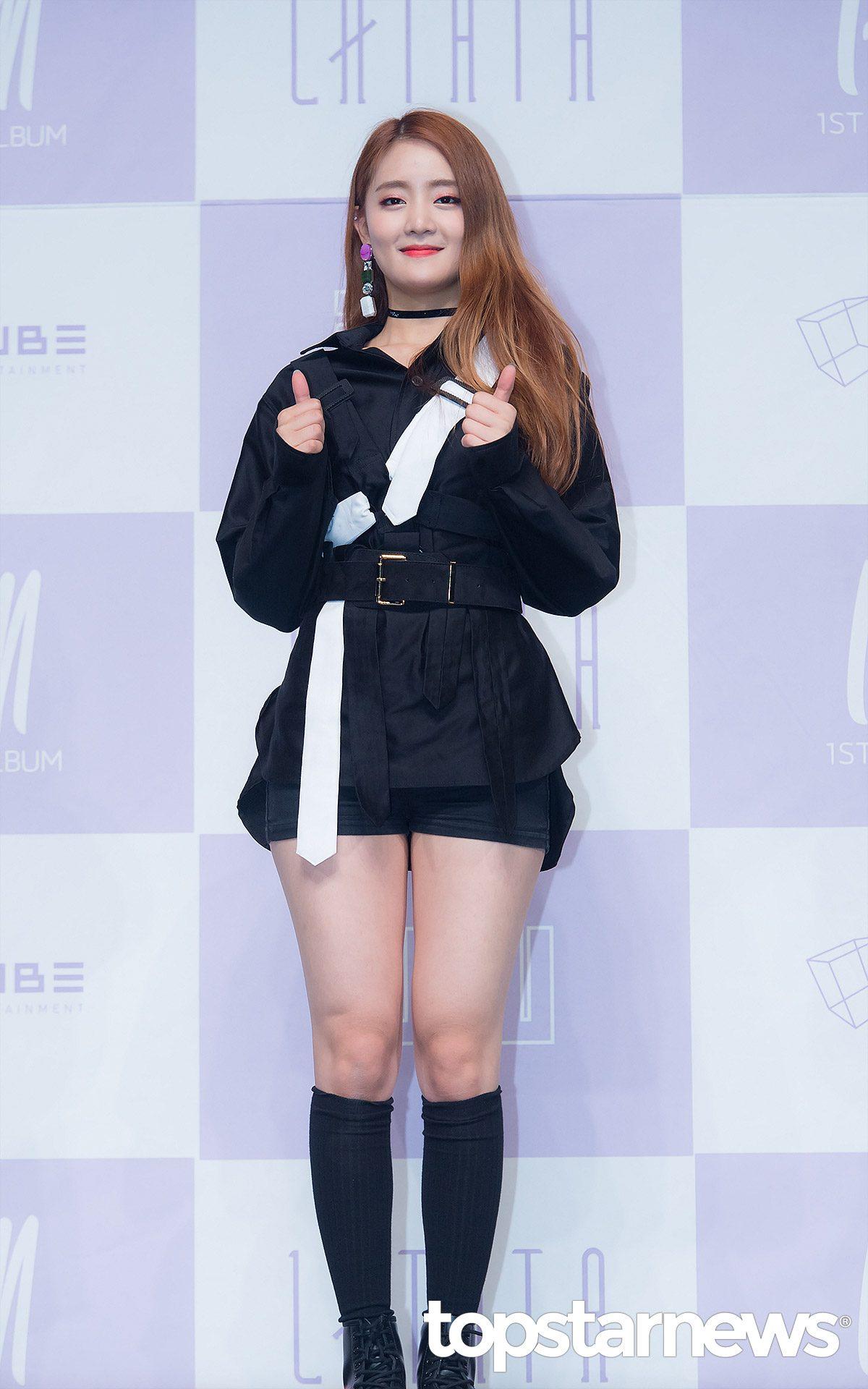 ◇Minnie: CUBE 新女團(G)I-DLE的泰國籍成員Minnie,雖然剛出道幾天,沒有太多的私服照可以和大家分享,但就打歌服照可以發現,Minnie的風格式在街頭時尚中,又添加了一些性感風味。這整套一樣是用黑色做主打,中間利用腰帶啦長腿部比例,並用白色單品做點綴。