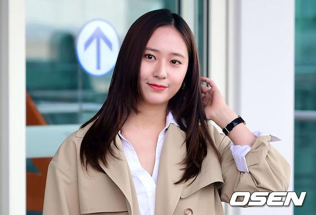 只是先前為拍《機智的監獄生活》時,Krystal為了配合劇中女大學形象而吃胖,以至於殺青後現身機場時,Krystal身形相較以往圓潤的模樣也引起了許多討論,韓國網友更訝異「女神原來也是人」。