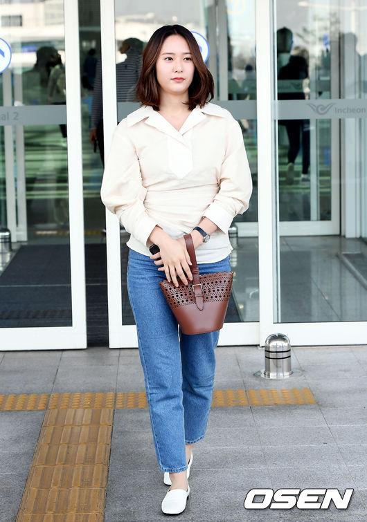 而上次要來台灣參加活動的Krystal,當時的機場照卻讓網友受到更大的震撼,因為Krystal的身型相較上一次露面,看起來更加圓潤啊... 以至於還有人留言表示秀晶會不會瘦不回去了...