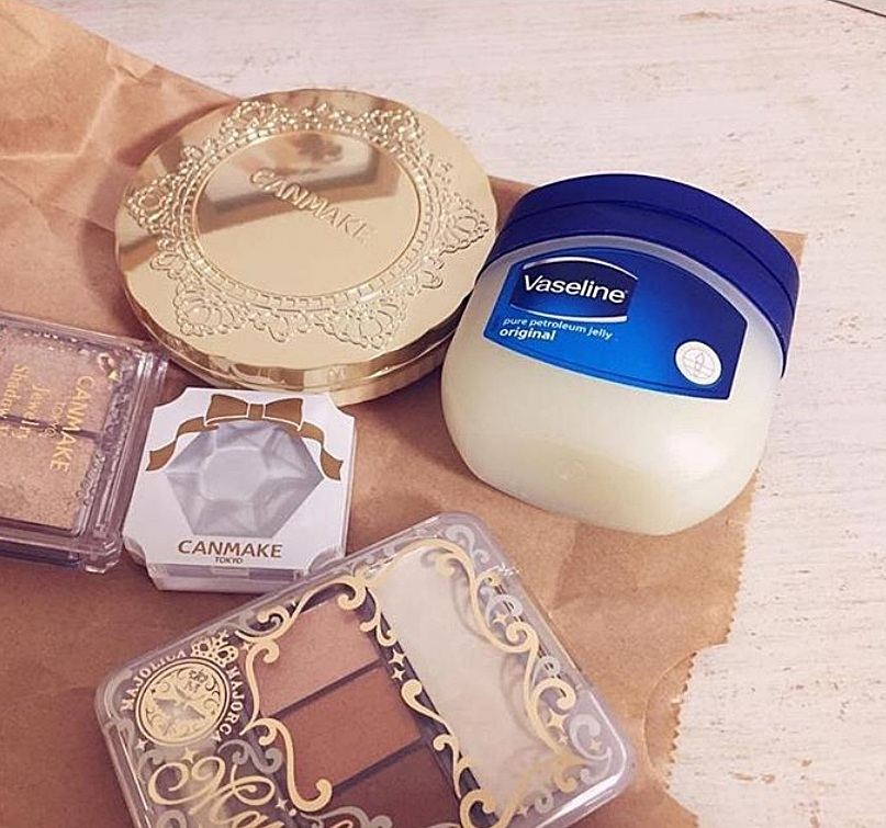 而JISOO的愛用品就是這罐不起眼的凡士林!相信不用多說,一罐幾乎可以從頭用到腳、乾燥的眼周及嘴唇都可以使用,另外JISOO還會拿它跟比較乾的唇膏調和成獨特的奶油質地喔!