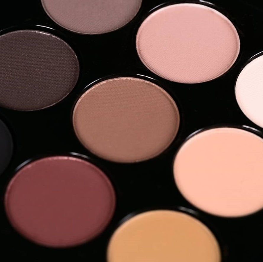 另外M.A.C的九色眼影也是Rosé用好幾年的單品,其中煙燻玫瑰粉更是她超喜歡的愛色!