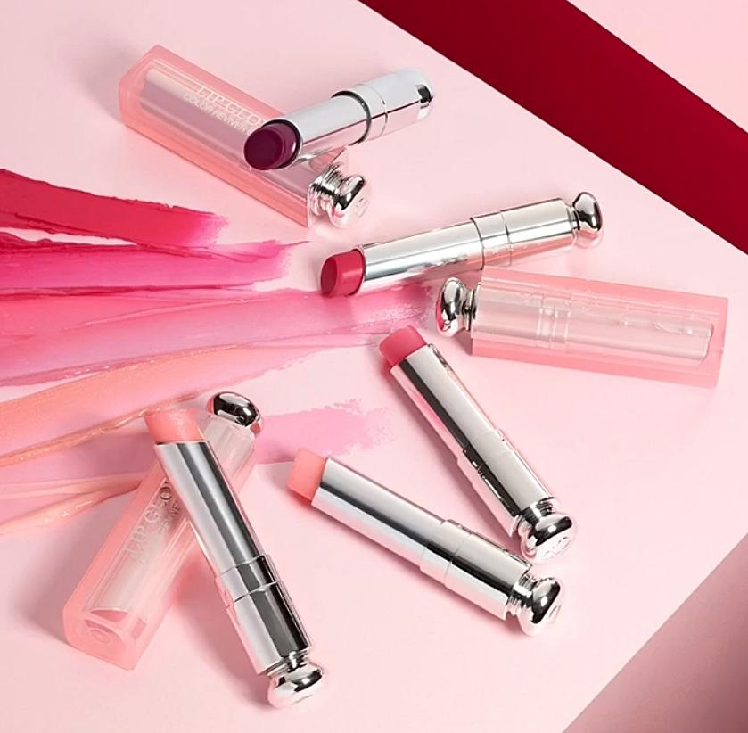 而Rosé會隨身攜帶的護唇膏就是Dior這隻癮誘粉漾潤唇膏,不但可以滋潤唇部之外,還會隨體溫變色,不用擦唇膏就有淡淡的好氣色啦~