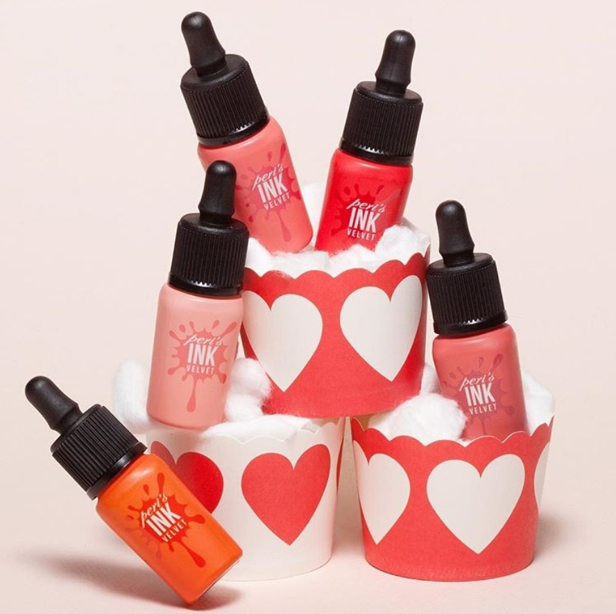 而唇彩的部分,Rosé則是推薦韓國的國民唇釉peripera!尤其是#10偏橘紅色的色調,更是跟Rosé的膚色非常相襯!她也常常用這隻畫出咬唇漸層妝容呢~