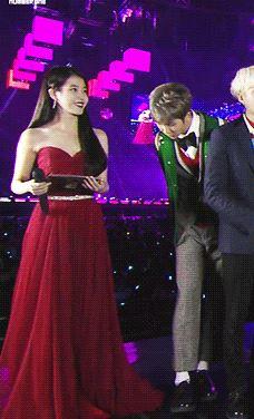 防彈少年團在《SBS歌謠大戰》接受採訪時,RM剛好站在主持人IU的旁邊,在採訪的過程中RM擔心自己會踩到IU的長裙,所以偷偷的往旁邊移了一下沒想最後整個人都消失在鏡頭前,RM貼心的舉動也受到網友的大力讚賞!