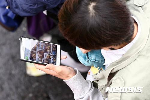 因為滑手機而出意外的「手機僵屍族」越來越多,漸漸成為韓國的社會問題。「手機僵屍族 (스몸비)」是「Smartphone」和「Zombies」的合成詞,這群人走路時把注意力都放在手機上,對身邊環境認知較弱,所以發生意外機會很高
