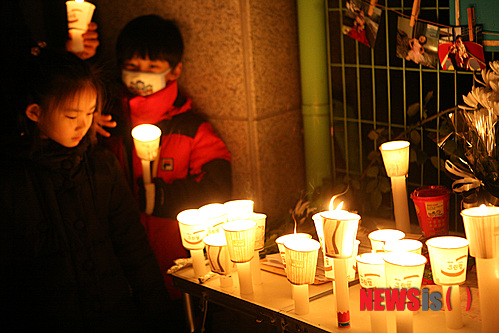 韓國有一名別名為「綜合醫院」的國小六年級學生A經常出入醫院,她曾經在一個學期受過12次傷。身邊的人都以為她只是比較柔弱,但後來有一次老師看到A原來是故意弄傷自己!!