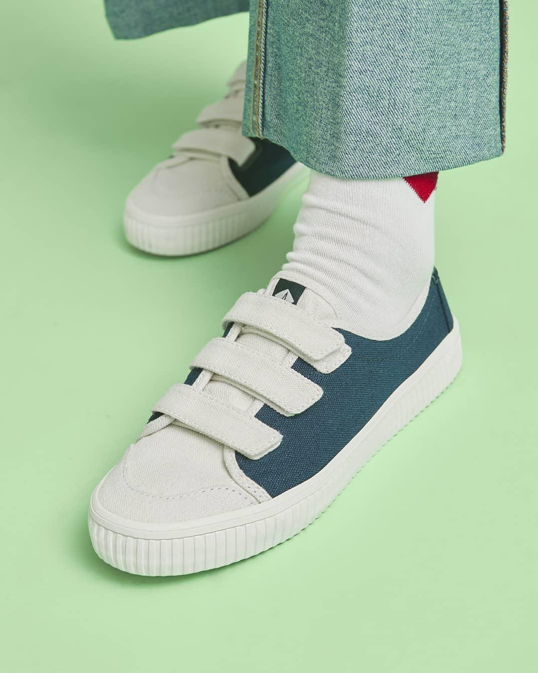像是這款利用特殊的材質和配色做搭配,可是潮流人士私下的愛好呢~利用棉麻面料結合可愛的藍色,充滿海軍風格,只要配上白T和牛仔褲就可以駕馭啦!