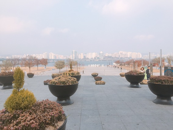 大家應該都知道有一條貫穿整個首爾的江叫「漢江」吧!在漢江的周圍有很多漢江公園提供市民、遊客們可以休息或是做一些休閒活動,那麼在各個漢江公園可以做什麼呢?繼續看下去就對了!