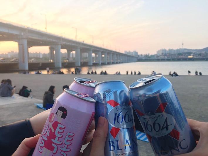 盤浦漢江公園(반포한강공원):盤浦漢江公園最有名的就是月光彩虹噴泉啦~非常適合搭配著炸雞啤酒一起感受彩虹噴泉的美!