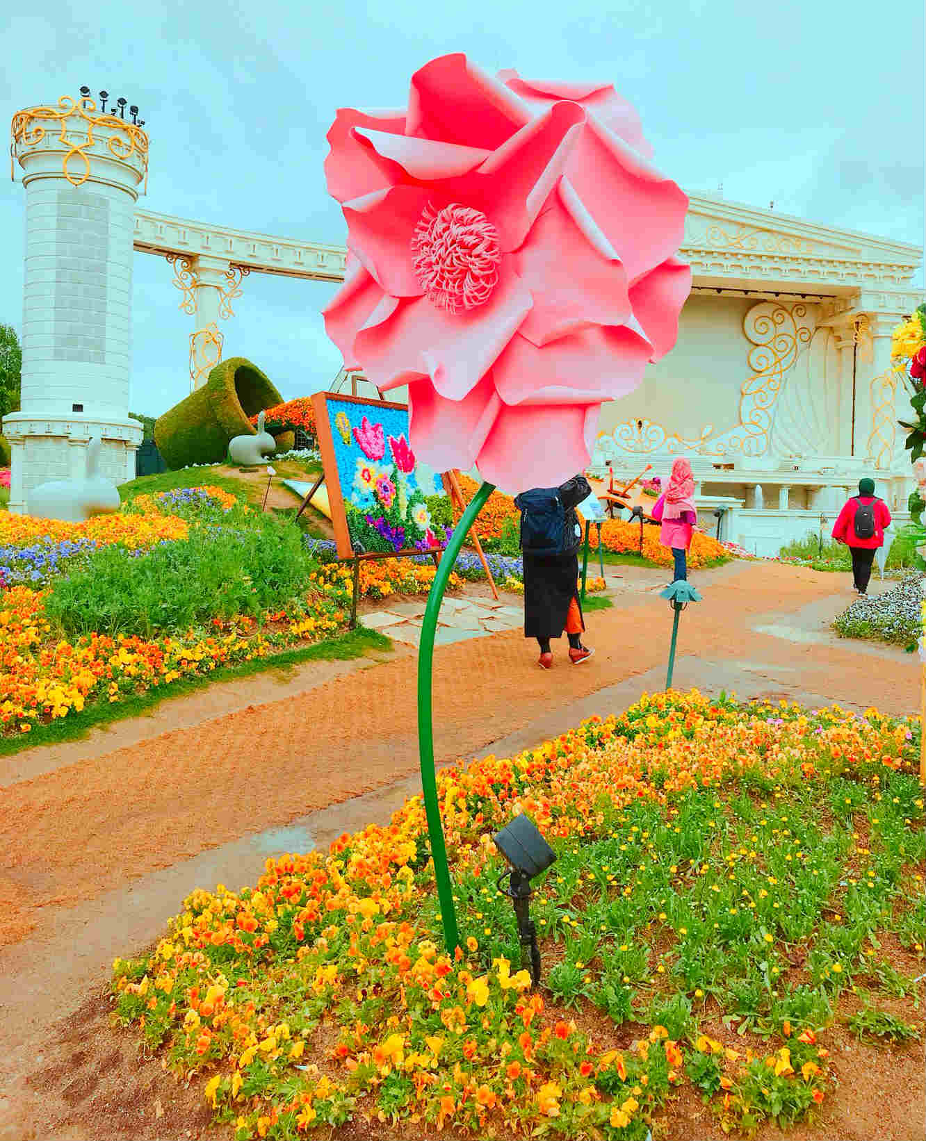 在園內的歐洲市集區,打造了一個超級夢幻的鬱金香花園,不但有大型熱氣球,還有3公尺高的巨型花朵。