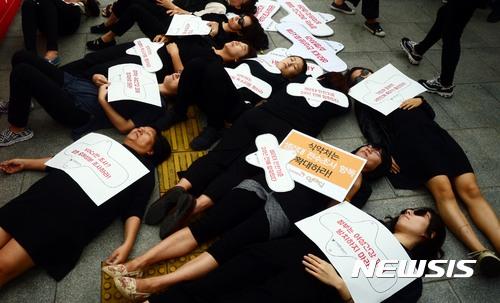 去年韓國市面上部份衛生棉被查出含有致癌物質,社會上出現了質疑女性用品安全性的爭議,女性對於使用衛生棉也很不安,去年9月韓國食品醫藥品安全署 (食藥署)進行了調查。