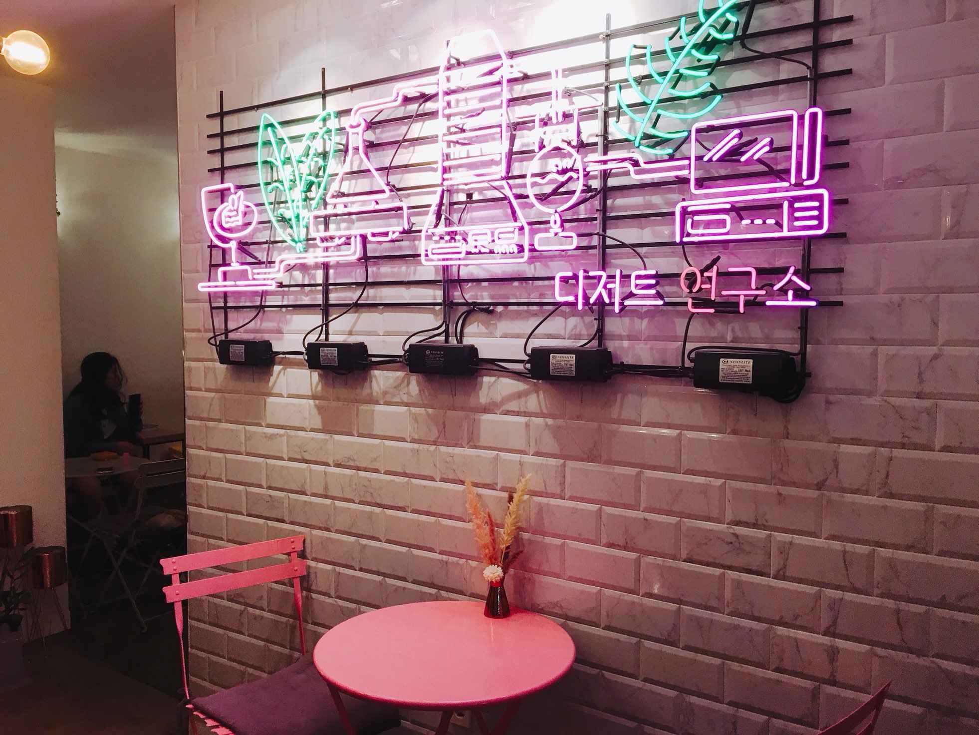 一進咖啡廳就會被這塊燈板吸引,網美咖啡廳當然要有網美拍照區啦~坐在這粉色座位上隨便拍都超夢幻!!