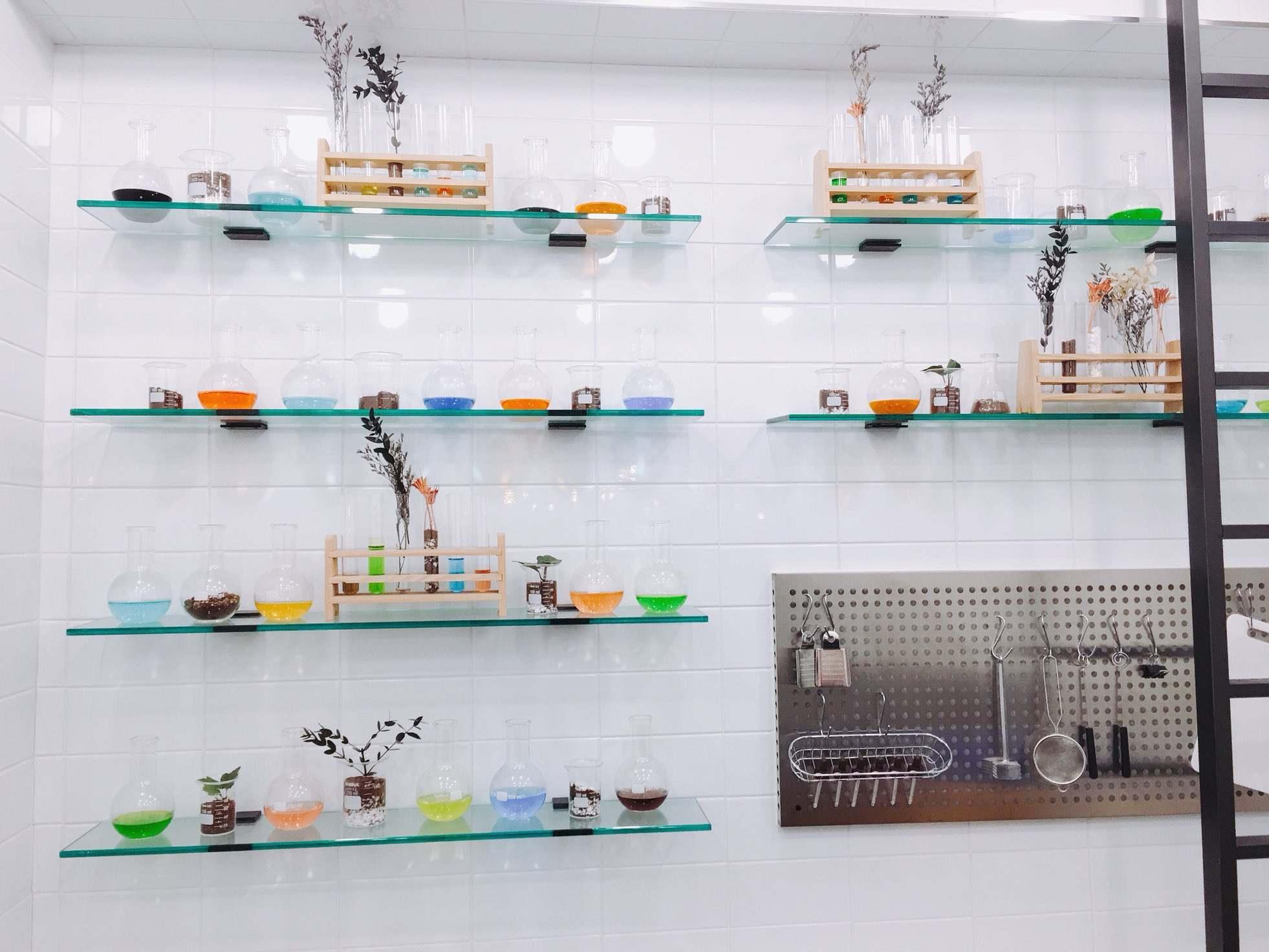 這裡則是小編特別喜歡的一區,符合咖啡廳的名字,裝飾成研究室的感覺,用量杯裝著不同顏色的水和土壤,真的很有創意呢~