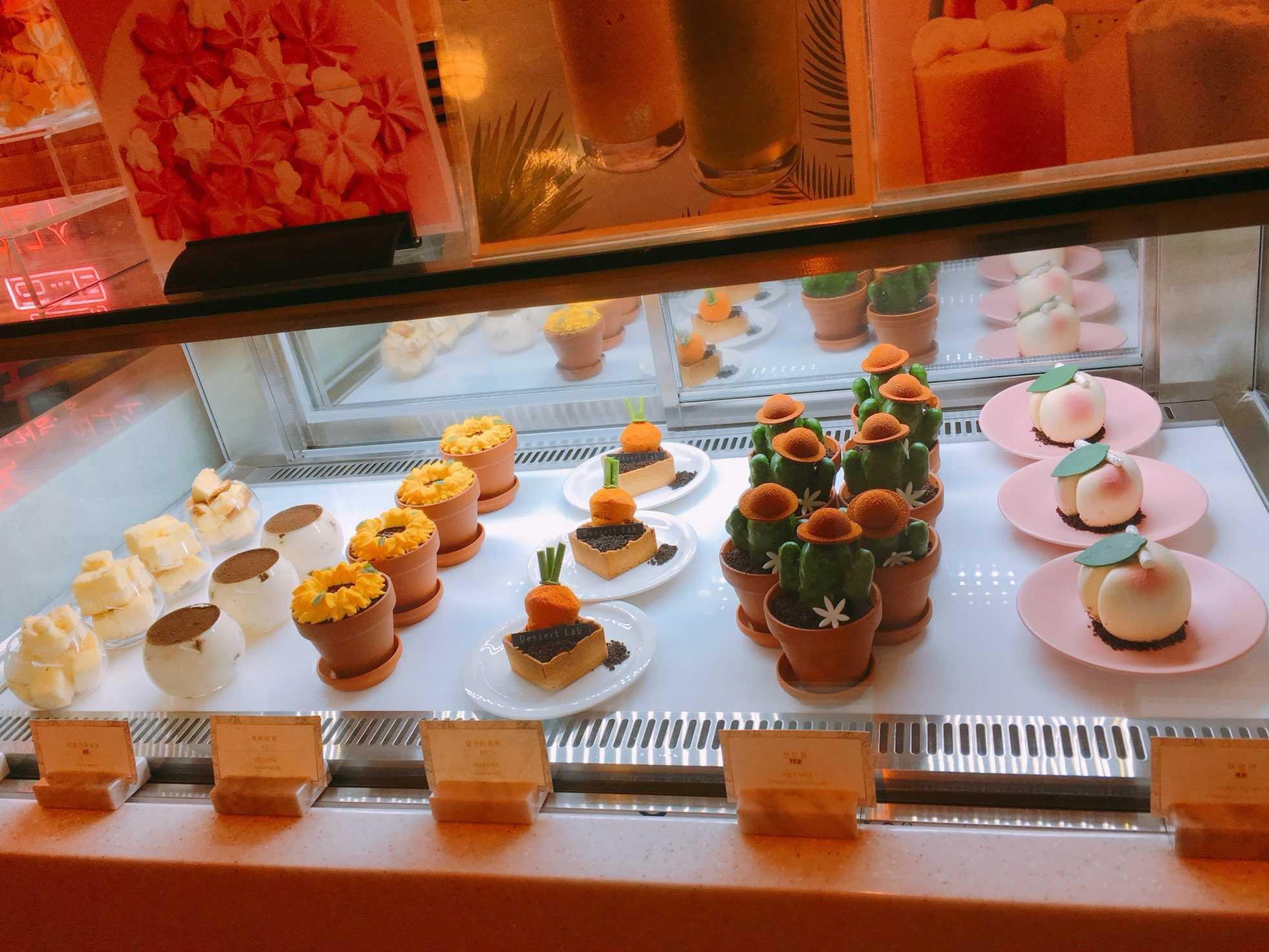 接著帶大家來看看甜點,是不是超~可~愛!!!這裡甜點全部都是手工製作,而且不定時會推出不同的產品,覺得好厲害呀~價位大概是在9000韓幣左右