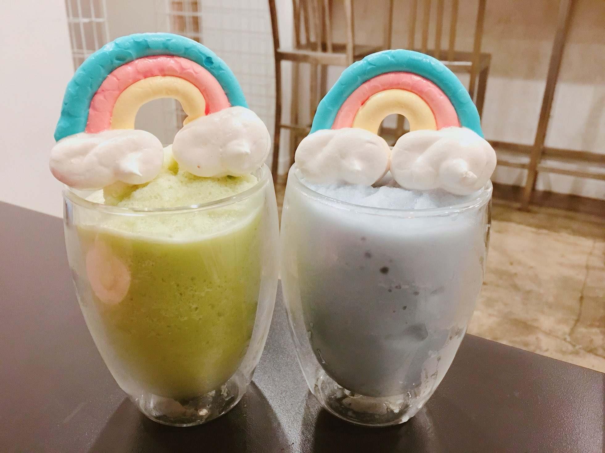 飲料的部份我們點的是彩虹冰沙,綠色是哈密瓜口味,藍色是蘇打口味,當天粉紅色的西瓜口味已經賣完了,否則粉紅色一定更可愛啦^^ - 地址: 332-32 Seogyo-dong, Mapo-gu, Seoul 營業時間: 11:00-23:00