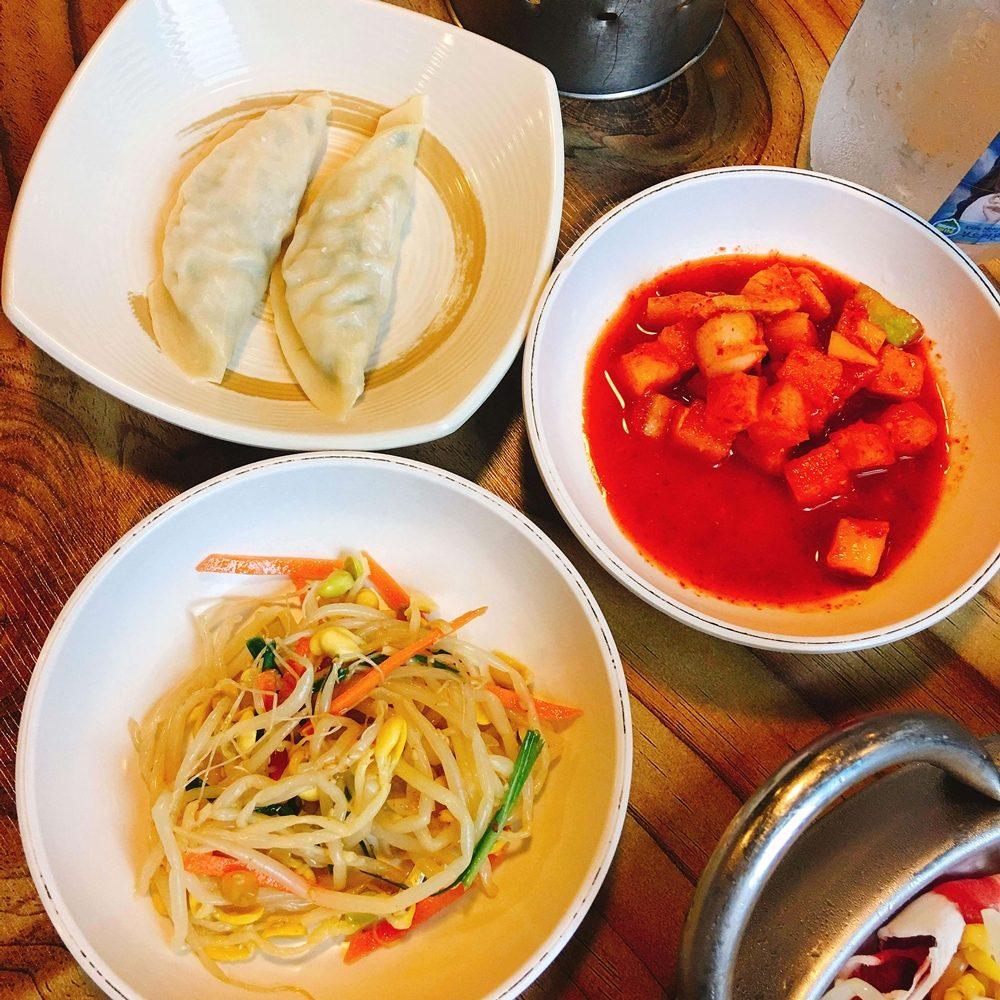 小菜是脆爽的蘿蔔塊和豆芽。豆芽可以放到鍋里一起煮著吃,還送了兩個餃子,比較常見的韭菜豬肉餡,味道也不錯