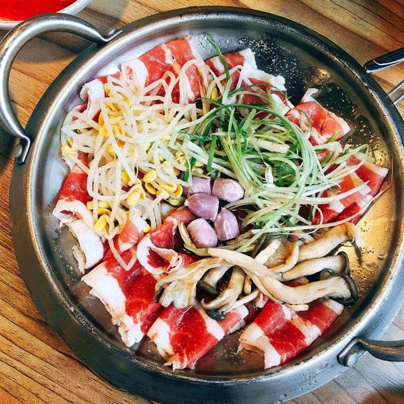 先上的是兩人份的牛肉卷。鍋底有一些調味好的醬汁,加上蔥絲、豆芽、年糕和蘑菇,很營養的搭配
