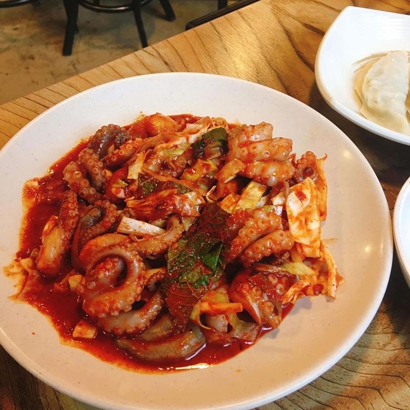 和牛肉比起來章魚分量更大。新鮮大隻的章魚配上紫蘇葉、白菜,再加上店家秘制的辣醬,看著很有食慾