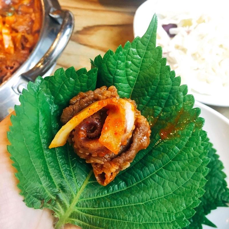 配合紫蘇葉吃更好吃~紫蘇葉是對身體很好的蔬菜,在韓國是很常見的…用紫蘇葉包著章魚和牛肉吃清爽又解膩